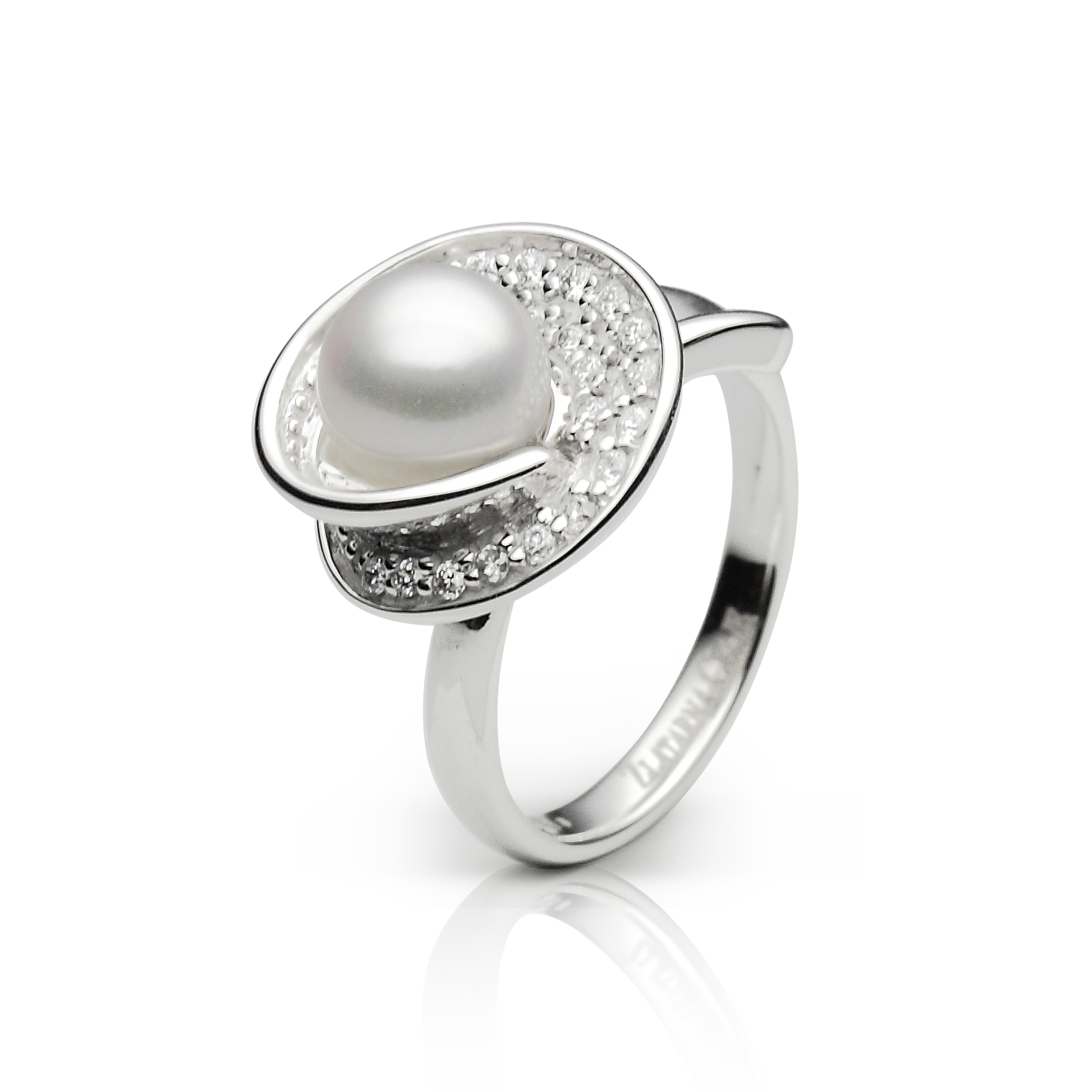 diamond 0,01 ct - 21 x; akoya white pearl or akoya black pearl fi 7,5 - 8 mm - 1 x